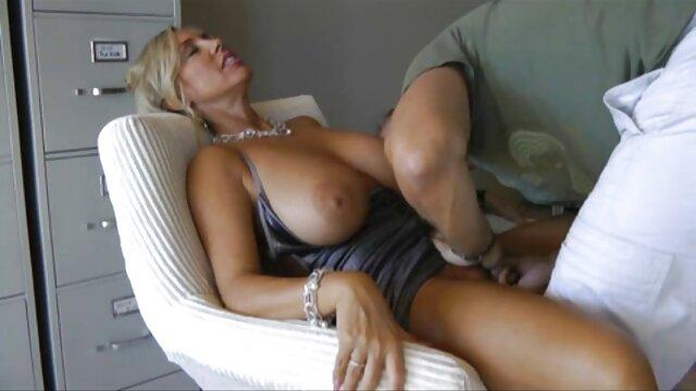 मोज़ा में सिलिकॉन स्तन के साथ पुराने milf वेश्या उसकी बिल्ली और गुदा छेद मोटे तौर पर धोया जाता है, वर्षों में एक परिपक्व महिला के साथ सेक्सी मूवी दिखाइए हिंदी में गुदा