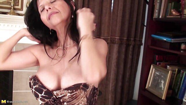 धारीदार मोज़ा में गोरा मैडम उसके फुल मूवी वीडियो में सेक्सी भव्य शरीर के साथ छेड़ता है
