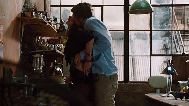 गोरा एक टकटकी के साथ कैमरे को सेक्सी फुल मूवी वीडियो में देखता है और एक crumpled huishko चूसता है