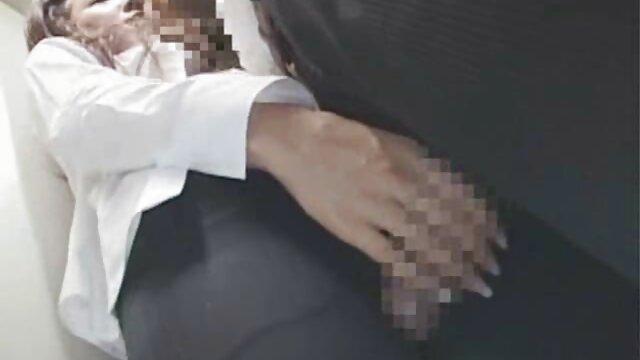 एक आदमी, अपने चेहरे को छुपाता हुआ, एक गंदे बदमाश को गधे में हिंदी में सेक्सी फिल्म मूवी घुमाता हुआ और उसके नीचे उसे कुचल दिया
