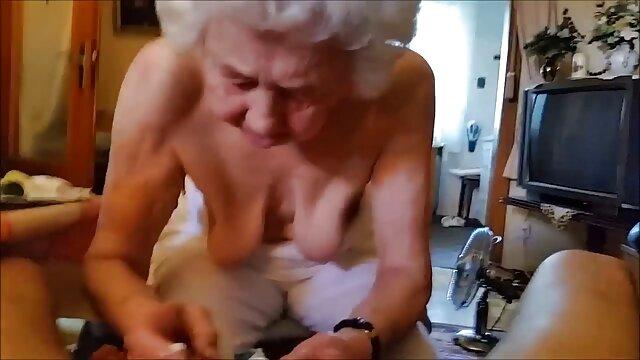 एक युगल एक बिल्ली को एक युवा गोरा के लिए एक उंगली से सेक्सी मूवी वीडियो में दिखाएं सहलाता है, जींस में उसके पैरों के बीच रेंगता है