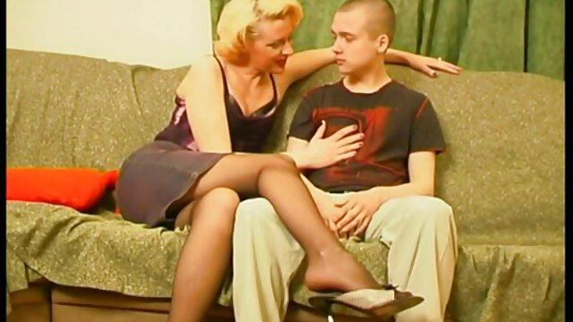 नीले पैरों वाला एक नर्स स्त्री रोग संबंधी कुर्सी सेक्सी मूवी वीडियो में पर उसकी योनी के साथ शरारती है